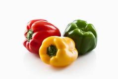 Produit-légumes frais de vegetables Trois rouges doux, jaune, isolat de poivrons verts Images libres de droits