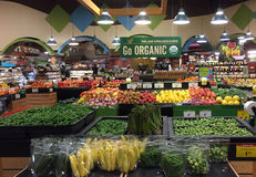 Produit organique à vendre à l'épicerie image stock