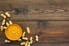 Produit pour le produit énergétique de petit déjeuner chaleureux Beurre d'arachide dans la cuvette près des écrous dans la coquil image libre de droits