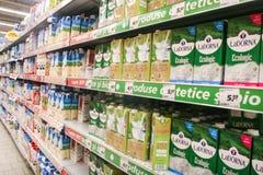 Produits à base de lait dans un supermarché photographie stock libre de droits