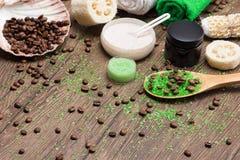 Produits éclatants de station thermale et de cellulites sur la surface en bois photo stock