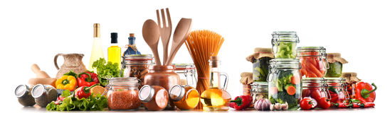 Produits alimentaires assortis et ustensiles de cuisine d'isolement sur le blanc Photographie stock