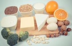 Produits alimentaires contenant un grand nombre de calcium d'isolement sur le fond blanc image libre de droits