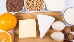 Produits alimentaires contenant un grand nombre de calcium d'isolement sur le fond blanc photographie stock libre de droits
