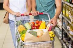 Produits alimentaires de achat de couples lumineux Photographie stock libre de droits