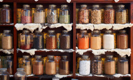 Produits alimentaires normaux et herbes médicales dans des chocs en verre Images stock