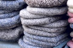 Produits chauds tricotés traditionnels dans la fenêtre de magasin sur le marché photos libres de droits