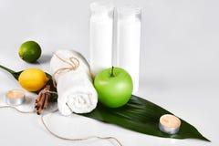 Produits cosmétiques blancs et feuille verte sur le fond blanc Produits de beauté naturels pour le concept de marquage à chaud de Image libre de droits