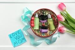 Produits cosmétiques dans le boîte-cadeau, carte avec des mots Images libres de droits