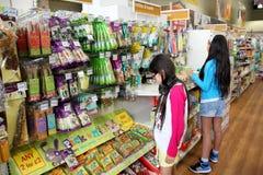 Produits d'animal familier dans un supermarché d'animal familier Photo libre de droits