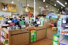 Produits d'animal familier dans un supermarché d'animal familier Images stock