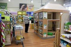 Produits d'animal familier dans un supermarché d'animal familier Photographie stock libre de droits