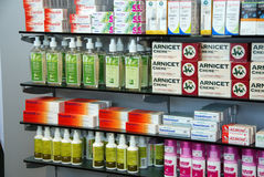 Produits dans la pharmacie image stock