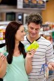 Produits de achat de couples avec plaisir Photographie stock libre de droits