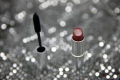 Produits de beauté avec l'affichage métallique argenté images stock