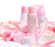 Produits de beauté avec les pétales roses Image libre de droits