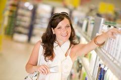 Produits de beauté d'achats - femme avec la crème hydratante photo stock