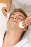 Produits de beauté mâles - demande de règlement de visage de nettoyage Photos libres de droits