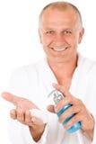 Produits de beauté mâles - visage mûr aîné de lavage d'homme Photographie stock libre de droits