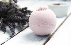 Produits de beauté normaux Bombes faites main de bain de lavande et fleurs de lavande sur les planches en bois blanches image stock