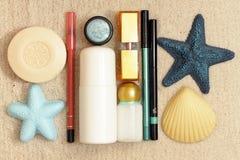 Produits de beauté sur le sable de mer Photos stock