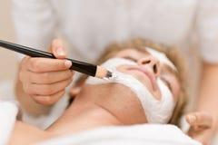 Produits de beauté mâles - masque facial dans le salon Photos libres de droits