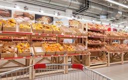 Produits de boulangerie prêts à la vente dans le nouvel aimant d'hypermarché Photos libres de droits