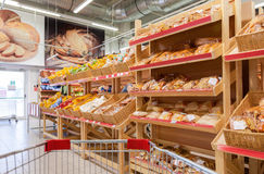 Produits de boulangerie prêts à la vente dans le nouvel aimant d'hypermarché Rus Photos libres de droits