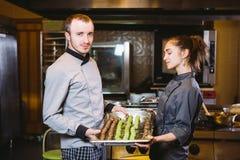 Produits de confiserie de préparation de profession Chef de pâtisserie caucasien de travail d'équipe de collègue des employés d'h images stock