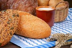 Produits de cuisson et tasse de lait sur la nappe Photo libre de droits