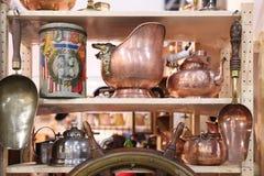 Produits de cuivre de vintage sur le marché aux puces moscou 16 05 2018 Photos libres de droits