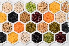 Produits de haricot sec en nids d'abeilles Photographie stock