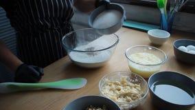 Produits de mélange pour la pâte de gâteau, oeufs de mélange, farine, sucre, écrous, banane, le processus complet de faire un gât banque de vidéos