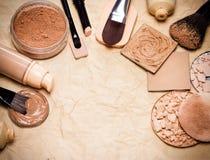 Produits de maquillage égaliser au teint et au cadre de teint Image libre de droits