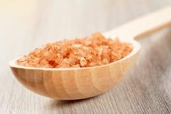 Produits de nature de station thermale Cuillère en bois avec du sel brun de mer pour le bathro Photo stock