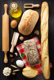 Produits de pain et de boulangerie sur le bois Photo libre de droits