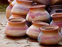 Produits de poterie à un marché Photos stock