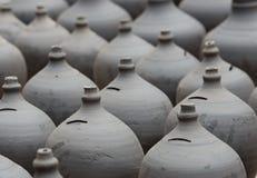 Produits de poterie à un marché, Népal Photos libres de droits