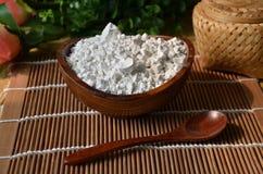 Produits de poudres de catégorie ou farine pharmaceutiques de manioc sur b photo libre de droits