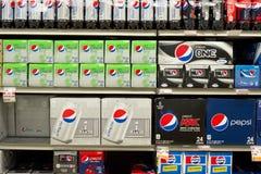 Produits de soda de pepsi-cola dans l'épicerie photo stock