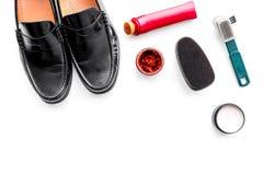 Produits de soin de chaussure Chaussures en cuir d'hommes, cirage à chaussures, brosses, cire sur l'espace blanc de copie de vue  Photo stock