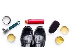 Produits de soin de chaussure Chaussures en cuir d'hommes, cirage à chaussures, brosses, cire sur l'espace blanc de copie de vue  Photos stock