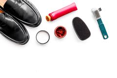 Produits de soin de chaussure Chaussures en cuir d'hommes, cirage à chaussures, brosses, cire sur l'espace blanc de copie de vue  Photographie stock