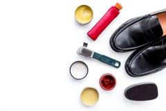 Produits de soin de chaussure Chaussures en cuir d'hommes, cirage à chaussures, brosses, cire sur l'espace blanc de copie de vue  Image libre de droits