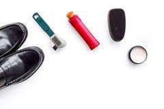 Produits de soin de chaussure Chaussures en cuir d'hommes, cirage à chaussures, brosses, cire sur l'espace blanc de copie de vue  Image stock
