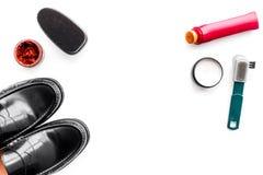 Produits de soin de chaussure Chaussures en cuir d'hommes, cirage à chaussures, brosses, cire sur l'espace blanc de copie de vue  Photos libres de droits