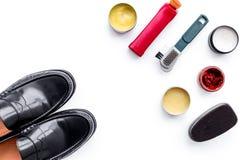 Produits de soin de chaussure Chaussures en cuir d'hommes, cirage à chaussures, brosses, cire sur l'espace blanc de copie de vue  Images stock