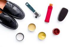 Produits de soin de chaussure Chaussures en cuir d'hommes, cirage à chaussures, brosses, cire sur la vue supérieure de fond blanc Photographie stock