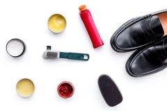 Produits de soin de chaussure Chaussures en cuir d'hommes, cirage à chaussures, brosses, cire sur la vue supérieure de fond blanc Photos libres de droits
