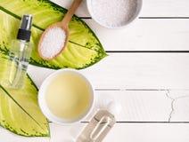 Produits de soins de la peau, pétrole d'aromatherapy et sel naturels avec le PS de copie photographie stock